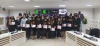 Vereadores debatem projetos e homenageiam equipe de futebol feminina de Linhares